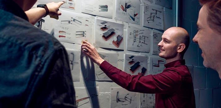 Trabajadores de Vogel's diseñando nuevas soluciones para la marca