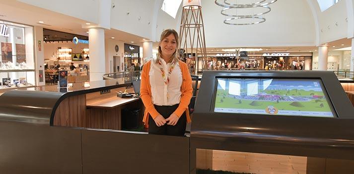 Pantalla interactiva ubicada en el centro comercial intu Xanadú